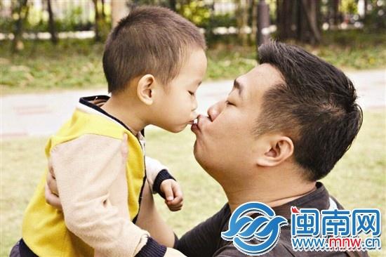 网上有个笑话,说的是孩子对待爸爸和妈妈的不同态度.