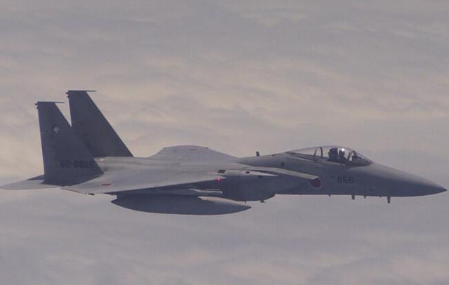 跟踪中国飞机的日本自卫队f-15j战斗机