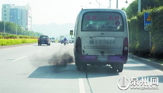 尾气排放污染环境 (张九强 摄)
