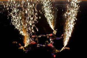 美国职业跳伞队运动员夜晚高空跳伞点燃腿部所绑烟花绝美