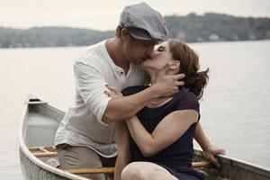 加拿大情侣重现经典电影《恋恋笔记本》场景拍个性订婚照