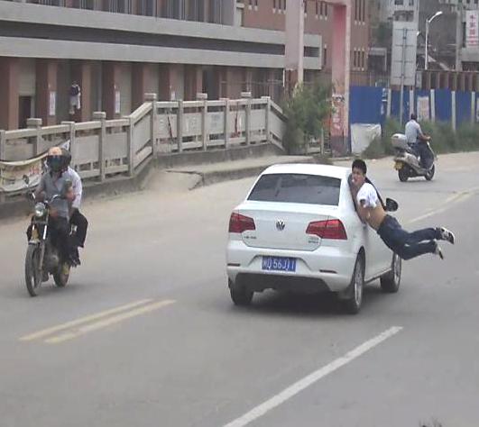晋江一小伙4度飞身撞车自残 与父亲吵架求关心(视频)