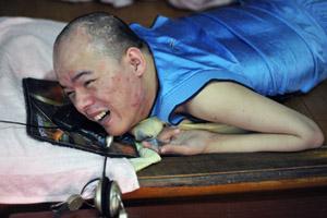 29岁南安洪濑男子苏宝军四肢残疾 用脸滑鼠开网店宣战命运
