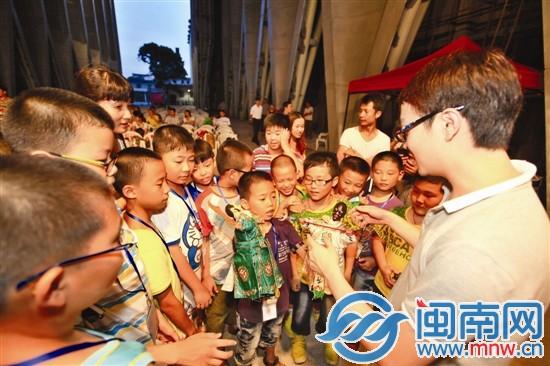海都文化大篷车昨启程 小记者向掌中木偶演员拜师学艺