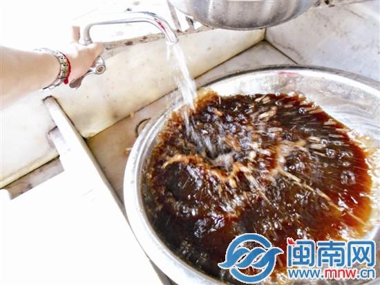 """建福小区陈阿姨家洗出的""""酱油水"""""""