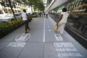 """华盛顿街道设立""""使用手机""""通道 方便匆匆赶路不看手机的人"""