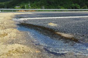 沈海高速泉港驿坂段槽罐车遭追尾 12吨废硫酸泄漏现场组图