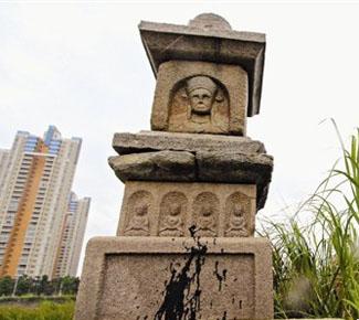 泉州文兴码头宝箧印经塔蒙垢多年 反映多次未清洗