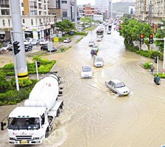 台风麦德姆致多车涉水抛锚 提醒:避免水位超轮胎1/3处