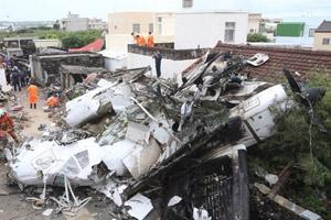 台湾复兴空难GE222班机澎湖迫降坠毁疑遭雷击 48死搜救现场组图