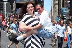 美国38岁250斤超大块头女模阿曼达・索尔 以矮化男人合影赚钱