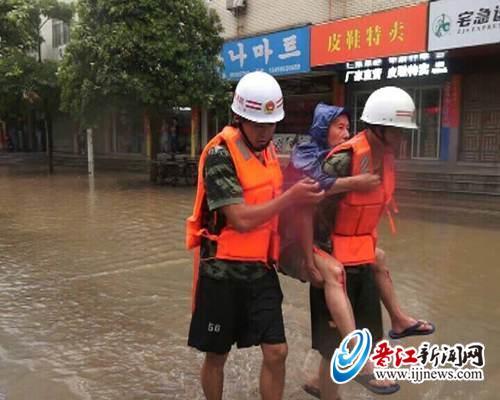 石鼓东路,老阿伯被困街头, 晋江消防官兵背其过街。