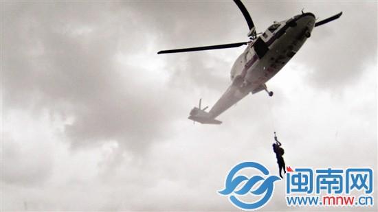 外籍货轮触礁侧翻 直升机救起17名外籍船员(图)